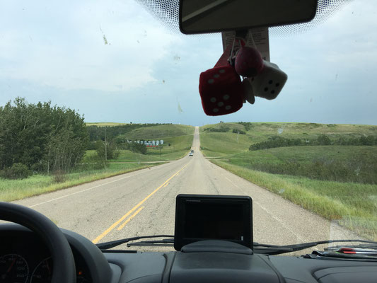 Ein beinahe leerer Tank zwingt uns, den HWY zu verlassen und ins unbekannte Farmland Saskatchewans abzuzweigen.