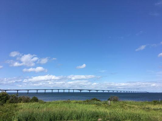 Die etwa 12 km lange Confederation Bridge zwischen NB und PEI. Die einzige Brücke weltweit, die auch passierbar bleibt, wenn das Meer zufriert. Hat überdies eine Kurve, die extra eingeplant wurde, damit man am Steuer nicht einschläft.
