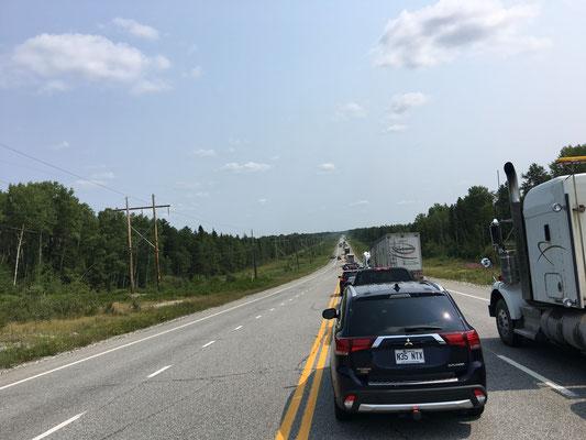 Der erste Highway-Unfall, dessen wir gewahr werden. 3 Stunden Vollsperrung – also frühzeitige Pause im nahen Val d'Or …