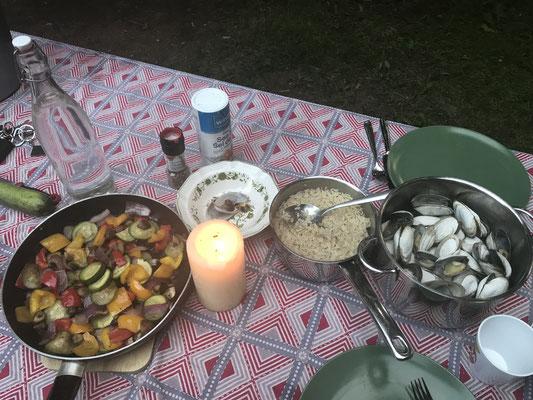 Cowboy-Gemüse mit Reis und frische Muscheln