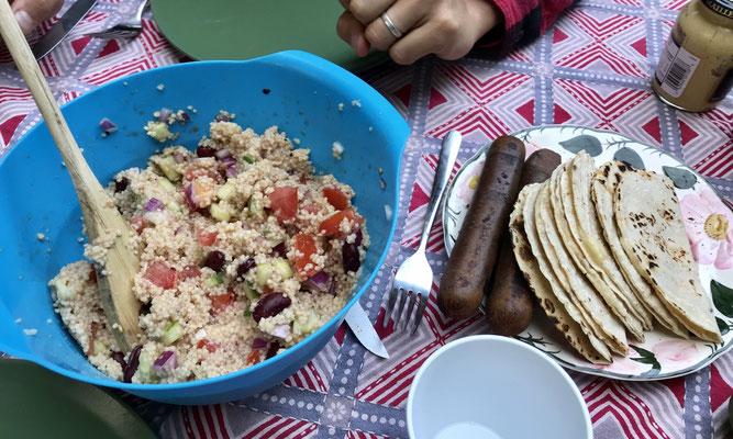 Couscous-Salat mit Tofu-Bratwurst und Quesadillas