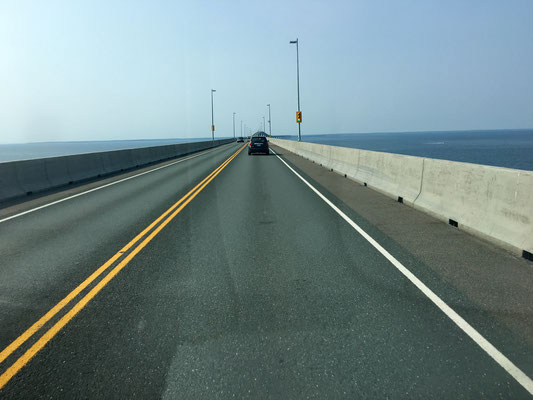 … und dann ab über die Brücke!