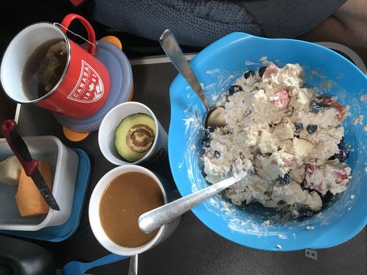 Frühstück Klassiko: Apfel-Banane-Heidelbeere mit Joghurt&Haferflocken, Avocado für's Kind