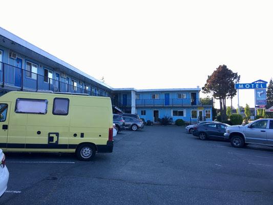 Ein zweites Mal fliehen wir in ein Motel. Diesmal aufgrund der unsäglichen Hitze und des Lärms des Nachts auf dem Hafen-Parkplatz.