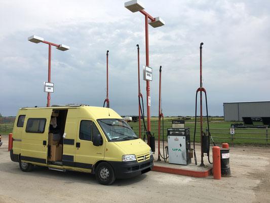 … damit wir an dieser abseitigsten aller Tankstellen quasi direkt vom Produzenten feinsten Diesel zapfen können.