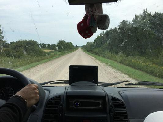 Gravel Road: Der natürliche Feind des ausgebauten Citroën Jumper mit 15''-Reifen, schlechten Stoßdämpfern und tief hängendem Abwassertank.