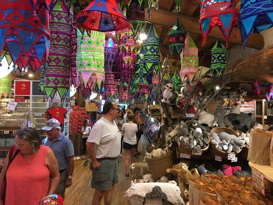 """Heute bei """"Geschäftsideen, die ich gern gehabt hätte"""": Einfach Ziegen auf meinem Dach grasen lassen & darunter einen riesigen """"Farmer's Market"""" mit Merchandise und überteuerten Produkten installieren. Zack, feddich: Tourismus-Magnet & Goldmiene in einem."""