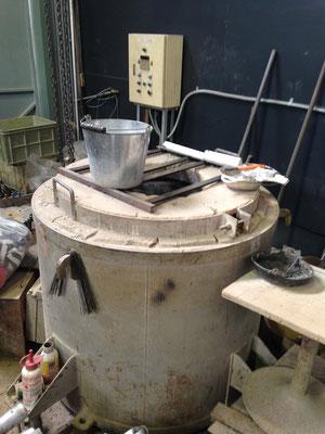 アルミニウムを溶解炉で溶かす