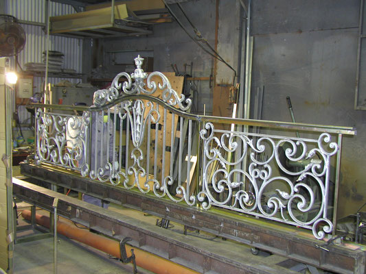 鋳物とフレームを溶接にて組立