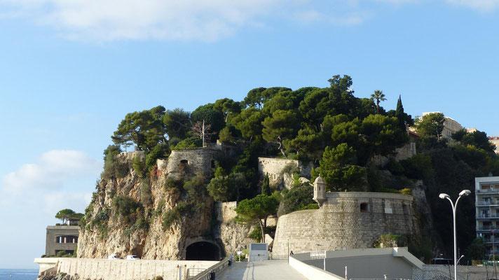 links am Felsen vorbei kommt man zum Parkhaus mit Aufzug und Rolltreppen