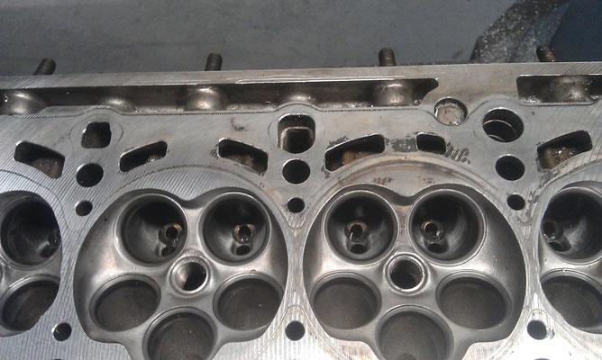 """Hier ist gut zu erkennen, wie """"eingefallen"""" das Aluminium am Zylinderkopf ist. Leider keine Seltenheit."""