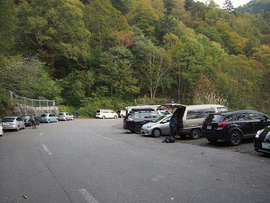 駐車場は朝6時前でこの状態・登山口は正面左側