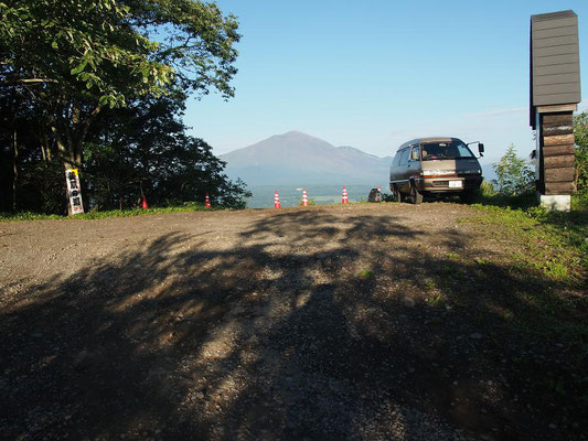 二度上峠駐車場(正面奥は浅間山)