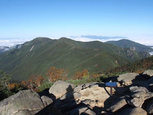 左・金峰山  中・朝日岳  右・小川山(その奥は北八ヶ岳)