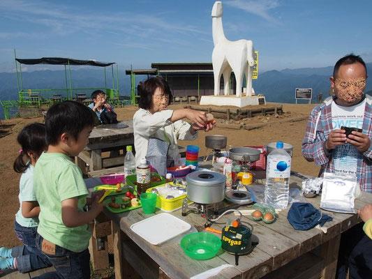 富士山を眺めながらの山頂食事