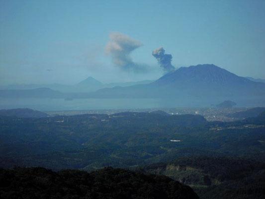 桜島と左奥に開聞岳(霧島温泉・宿部屋から)