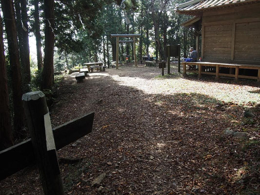 少し降りると晃石神社(静かなので、こちらで昼食でも良かった)