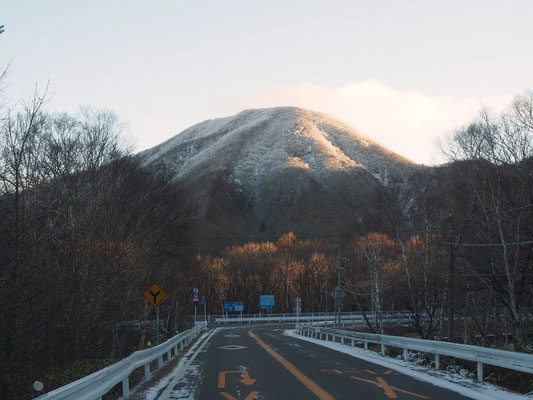 これから登る黒檜山が正面にドーンと。霧氷もたっぷり