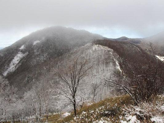 駒ケ岳に雪雲がかかる