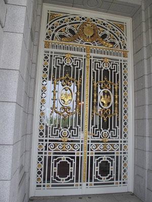 玄関に当たる場所の扉(3枚並んだうちの真ん中)