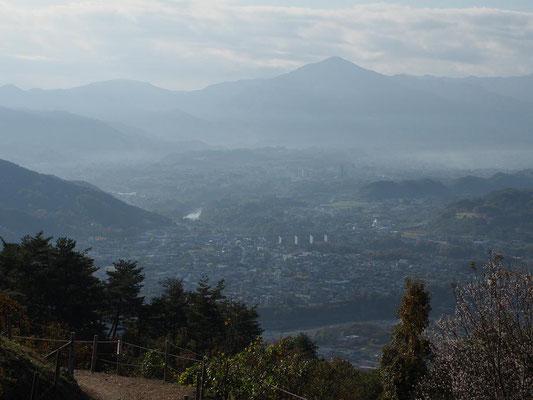秩父盆地の向こうに武甲山