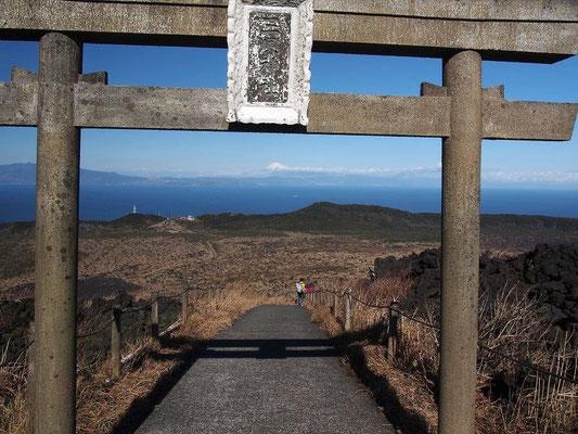 三原神社(この先に社がある)噴火の被害を避けられた