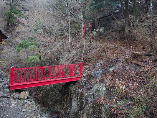 赤い橋を渡って