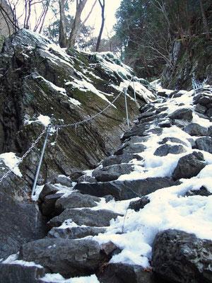 クサリ付階段