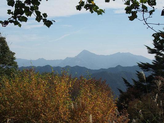 武甲山を見ながらベンチで昼食