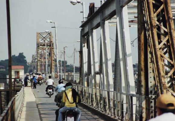 Die Eisenbahnbrücke über dem Roten Fluss.