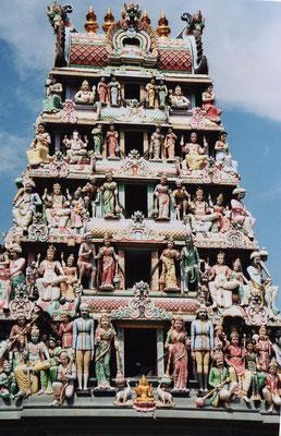 Hindu-Tempel Sri Miramman, reich mit Gottheiten verziert.