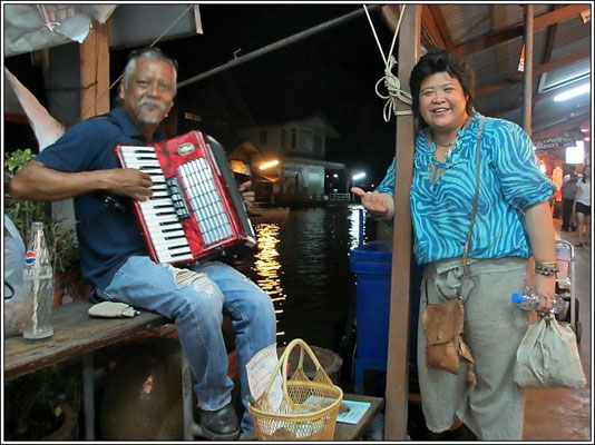 Accordion Player - Bangnoi Floating Market - Amphawa