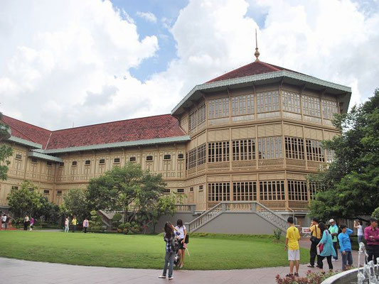 Vimanmek - The world's largest golden teakwood mansion -