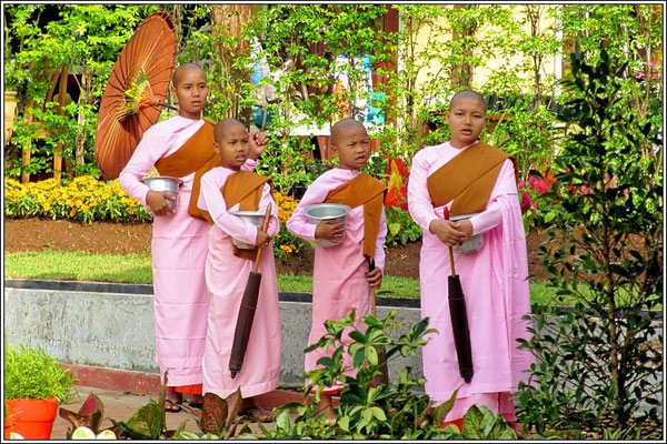 Young Nuns Come And Singing - Samprasob Resort - Sangkhla-Buri