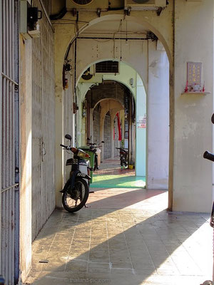 Walk In The Shadow If You Can - Old Quarter - George Town - Penang - Malaysia - January 2016