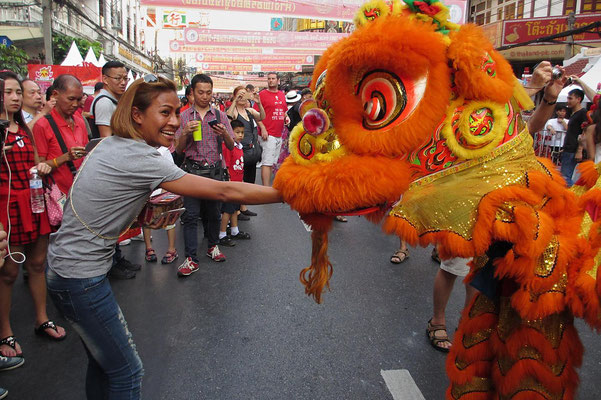 Chinese New Year 2018 - Final Parade - Tourist having Fun With The Dragon