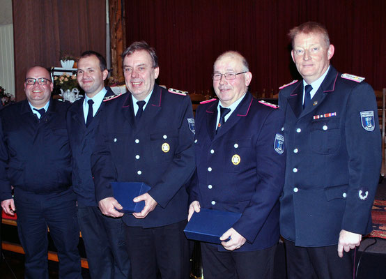 Ortsbrandmeister Bernd Klußmann (rechts) freut sich gemeinsam mit Ralf Kasten und Marcel Falkenstern über die neuen Ehrenmitglieder der Sehlemer Wehr, Reinhard Wolf und Hermann Ohlendorf (von links).