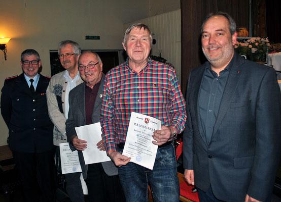 Martin Hauk ehrt Heinrich Brinkmann, Kurt Meyer und Heinrich Eilers (von rechts) für ihre langjährige Mitgliedschaft. Links der stellvertretende Ortsbrandmeister Ralf Weißmann.