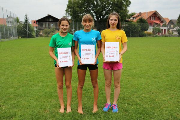 Anna Chiara Gasser (2.) mit Dania Bähler (1.) und Jennifer Trachsel (3.)