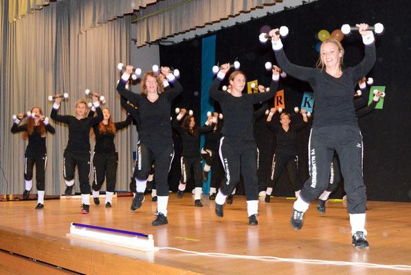 Die Damen mit ihrer «Light & Jump»-Show im Scheinwerferlicht.