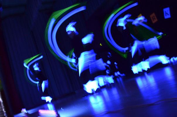 Langzeitaufnahme bei Neonlicht von Damen in Bewegung…
