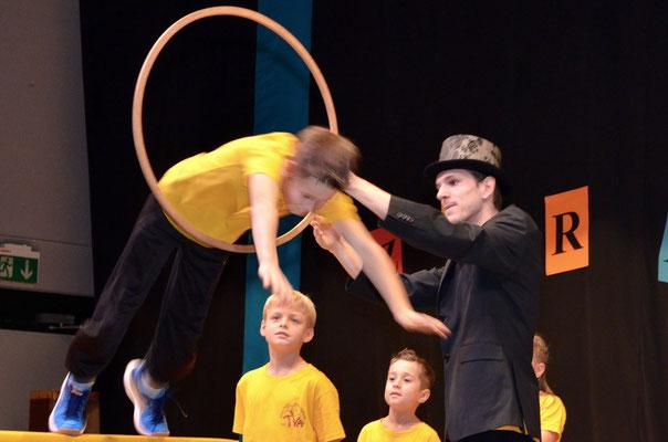 Die Unterstufe 3./4. Klasse als ungeschickte Akrobaten für einmal ganz geschickt.