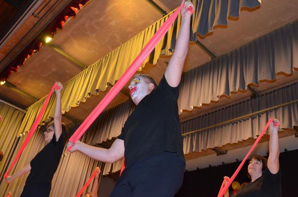 Choreografie mit Bändern.