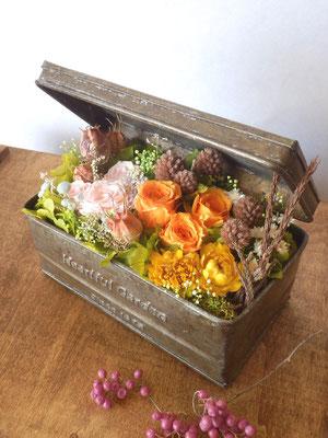 ブリキのボックスに庭園をイメージしたプリザーブドアレンジ
