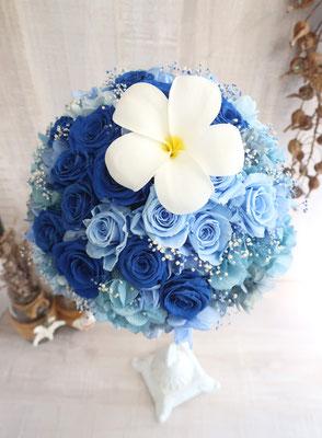 【ラウンドブーケ】 ハワイがお好きな花嫁様のご要望で、プルメリアのプリザーブドを入れたブルーグラデーションのブーケ