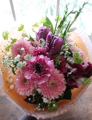 <おしゃれな女性へ贈る>華やかで女性らしいピンクパープルの花束