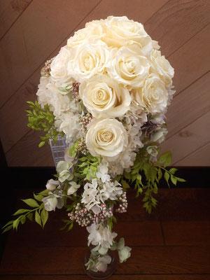 【キャスケードブーケ】 花嫁様の背丈と合うように下部分は軽いデザインに。形は金魚をイメージして製作しました。