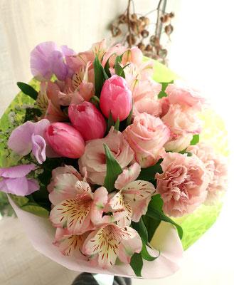 チューリップやスイートピーを入れた春の優しい色合い花束