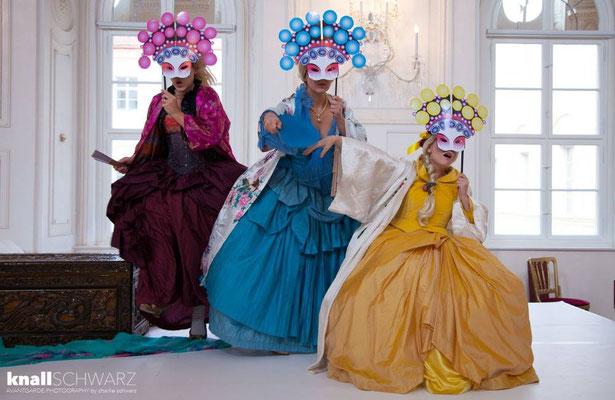 Anna Manske (Tangia), Elsa Giannoulidou (Lisinga) & Marelize Gerber (Sivene) in Le Cinesi - CW Gluck Photo: Charlie Schwarz ©