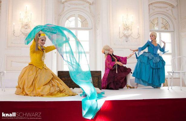 Marelize Gerber (Sivene), Anna Manske (Tangia) & Elsa Giannoulidou (Lisinga) in Le Cinesi - CW Gluck Photo: Charlie Schwarz ©